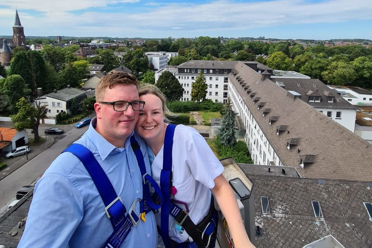 Heiratsantrag über dem Krankenhausdach
