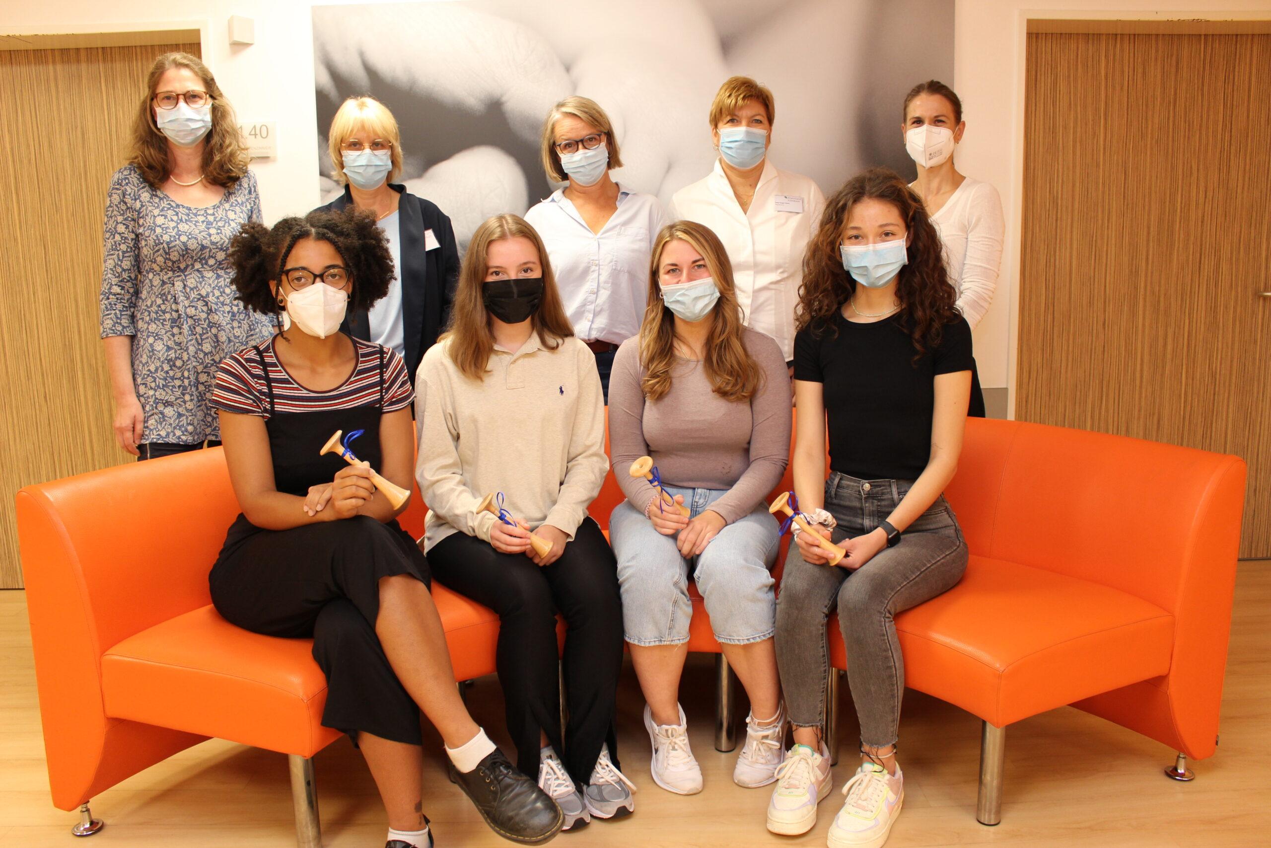 Rheinland Klinikum bildet Hebammen-Studentinnen aus